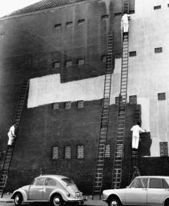 Rene Maltete. Peintres peignant une façade de bâtiment. 1967